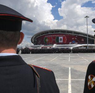 Policías rusos cerca del estadio de fútbol Kazan Arena (archivo)