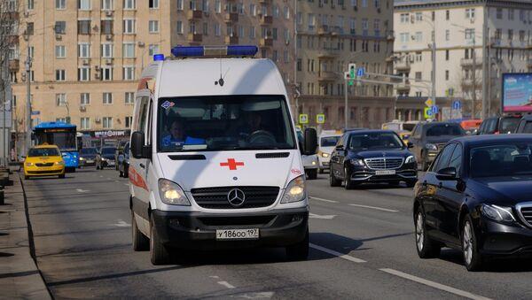 Una ambulancia en Moscú (archivo) - Sputnik Mundo