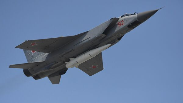 Caza MiG-31 armado con el misil hipersónico Kinzhal (archivo) - Sputnik Mundo