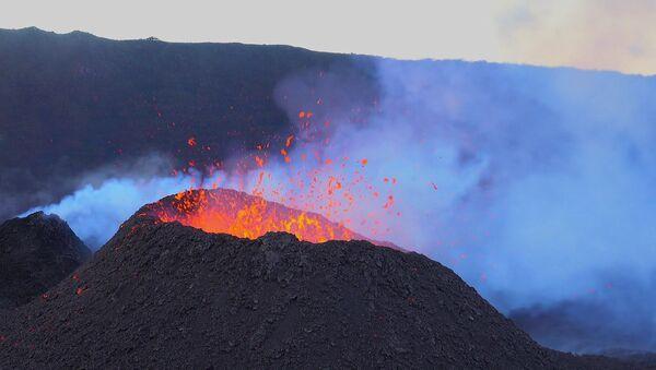 El volcán Pitón de la Fournaise en plena erupción - Sputnik Mundo