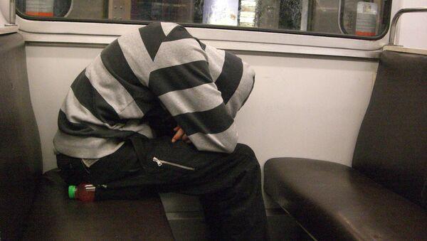 Hombre durmiendo en el tren - Sputnik Mundo