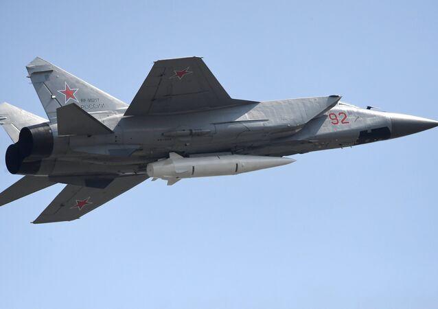 Caza MiG-31 armado con el misil hipersónico Kinzhal