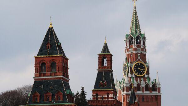 Las torres Nabatnaya, Konstantino−Eléninskaya y Spásskaya de Kremlin de Moscú - Sputnik Mundo