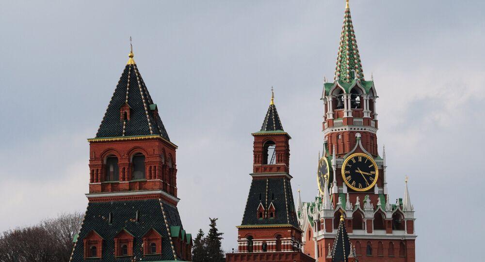 Las torres de Kremlin de Moscú