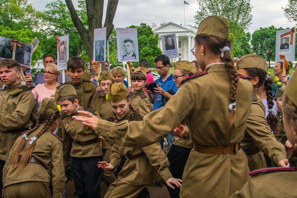 El Regimiento Inmortal continúa su marcha por el mundo - Sputnik Mundo
