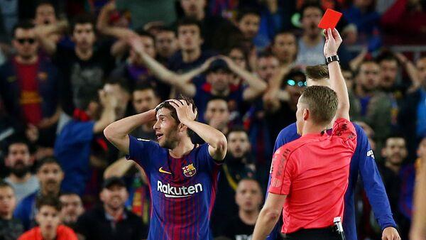 El árbitro español, Alejandro Hernández Hernández, en el partido disputado entre Barcelona y el Real Madrid - Sputnik Mundo