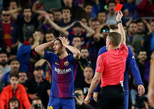 El árbitro español, Alejandro Hernández Hernández, en el partido disputado entre Barcelona y el Real Madrid