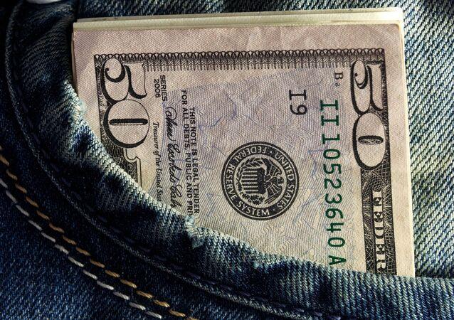 Billetes de dólares en un bolsillo (archivo)