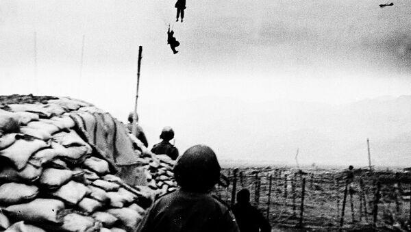 Los fuerzos de las tropas francesas llegaban a Vietnam por paracaídas. - Sputnik Mundo