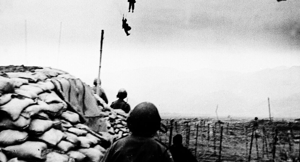Los fuerzos de las tropas francesas llegaban a Vietnam por paracaídas.