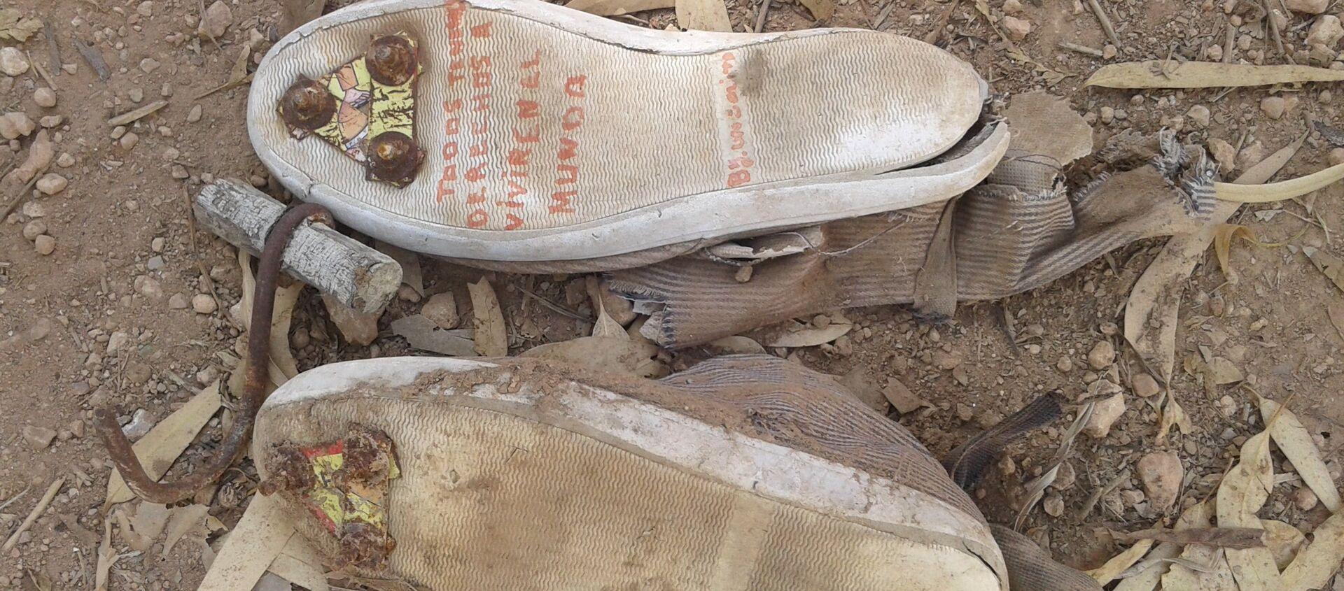 Fotografía de unas zapatillas con clavos en las suelas y un garfio de metal, que los inmigrantes indocumentados utilizan para saltar las vallas de Ceuta y Melilla, España. - Sputnik Mundo, 1920, 08.05.2018