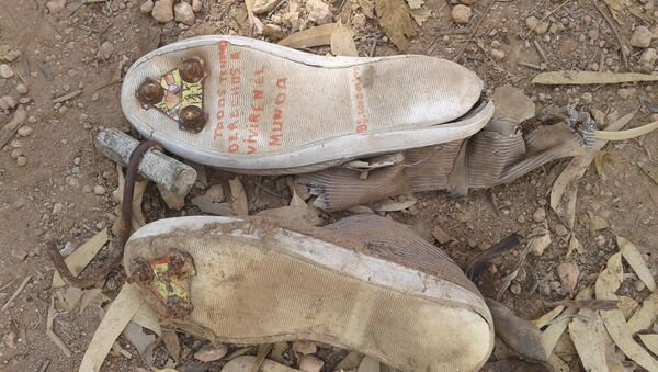 Fotografía de unas zapatillas con clavos en las suelas y un garfio de metal, que los inmigrantes indocumentados utilizan para saltar las vallas de Ceuta y Melilla, España. - Sputnik Mundo