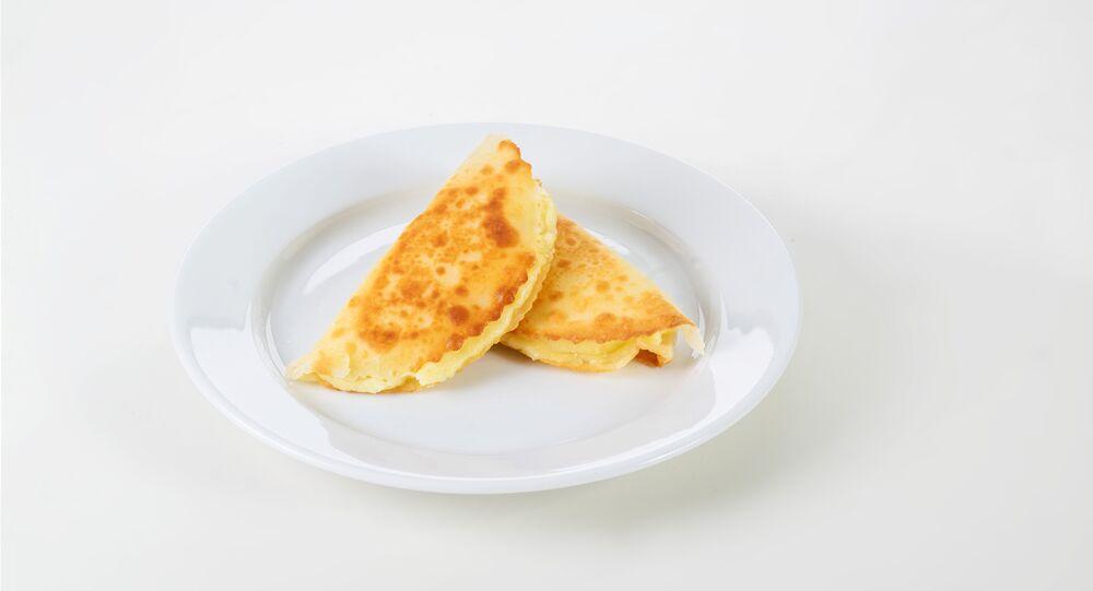 Kystybai, una torta frita rellena de un cremoso puré de patatas