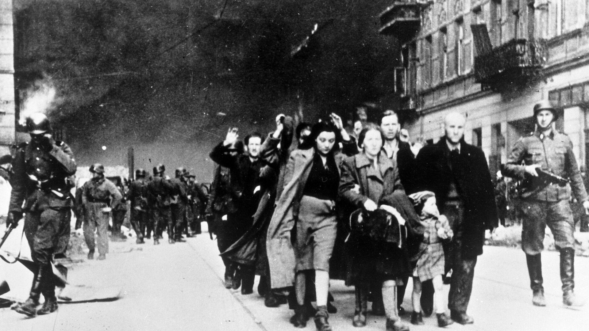 Los habitantes del gueto de Varsovia son enviados al campo de concentración de Treblinka, 1942 - Sputnik Mundo, 1920, 16.03.2021