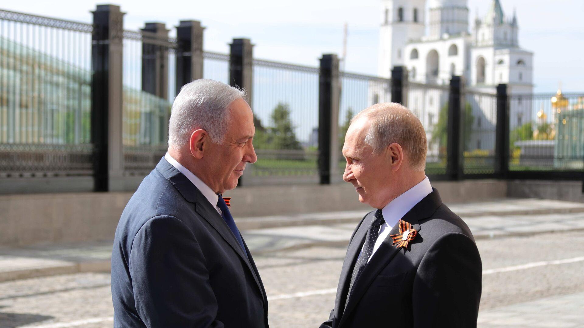El primer ministro de Israel, Benjamín Netanyahu y el presidente de Rusia, Vladímir Putin, en la víspera del desfile del Día de la Victoria en la Plaza Roja, Moscú, Rusia - Sputnik Mundo, 1920, 07.05.2021