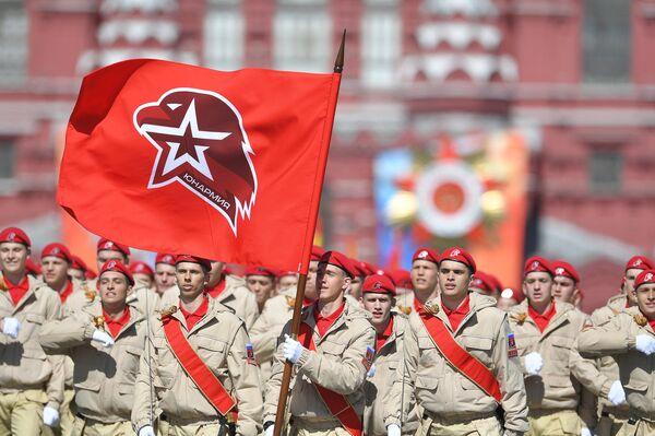 Los jóvenes miembros del movimiento patriótioco Yunarmia durante el Desfile de la Victoria - Sputnik Mundo