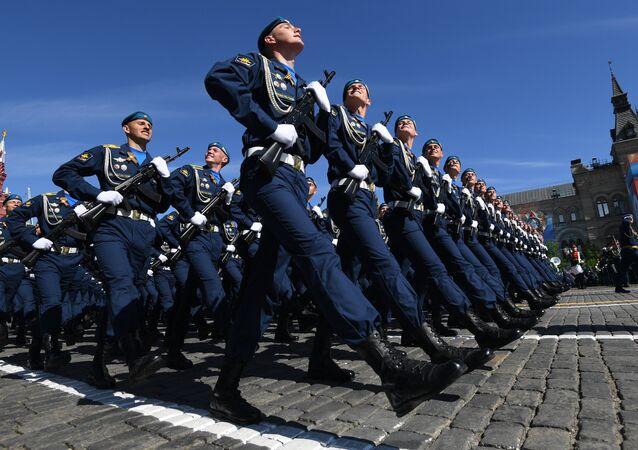 La unidad ceremonial de las Fuerzas Aeroespaciales rusas durante desfila en la Plaza Roja de Moscú