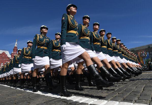 Las cadetes de la Universidad Militar del Ministerio de Defensa de Rusia, durante el Desfile del Día de la Victoria en la Plaza Roja - Sputnik Mundo