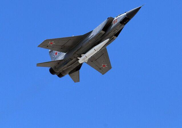 Los interceptores MiG-31 dotados con el misil hipersónico Kinzhal sobrevuelan el Kremlin durante el Desfile de la Victoria