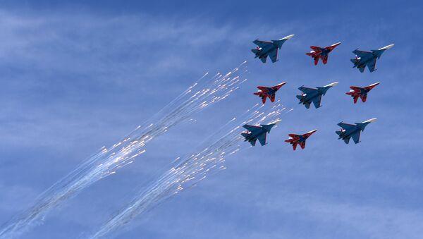 Los cazas Su-30SM y MiG-29 de los grupos de alto pilotaje rusos Russkie Vityazi y Strizhí sobrevuelan Moscú (archivo) - Sputnik Mundo