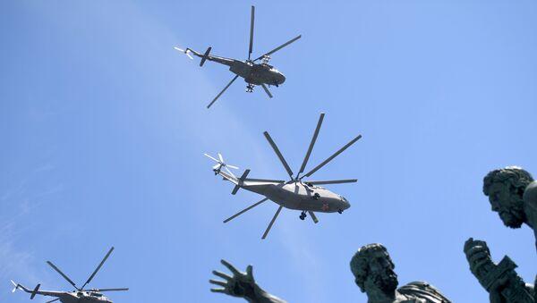 Helicópteros Mi-26 durante el Desfile del Día de la Victoria en la Plaza Rusia, Moscú, Rusia - Sputnik Mundo