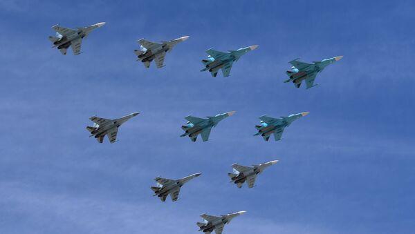 Cazas Su-30 y Su-35 durante el desfile en Moscú - Sputnik Mundo