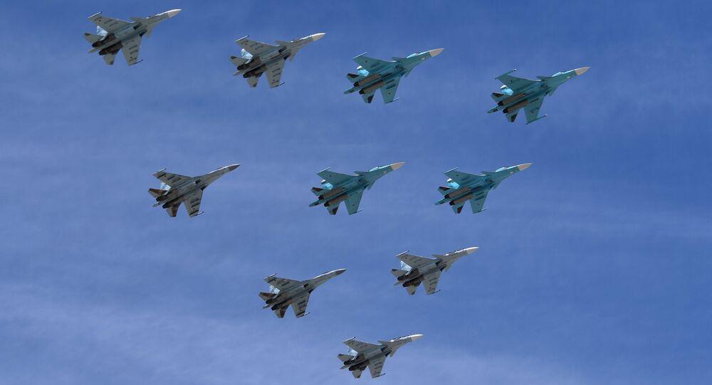 Aviones Su-30 y Su-35 durante el Desfile del Día de la Victoria en la Plaza Rusia, Moscú, Rusia (archivo)