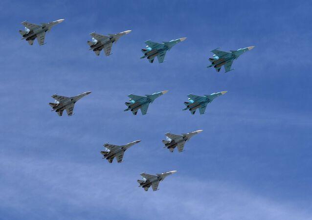 Aviones Su-30 y Su-35 durante el Desfile del Día de la Victoria en la Plaza Rusia, Moscú, Rusia