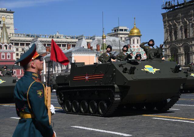 El transporte blindado de personal anfibio BTR-MDM Rakushka durante el Desfile del Día de la Victoria en la Plaza Roja, Moscú, Rusia