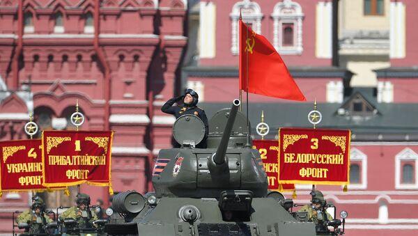 El tanque T-34 da inicio a la parte mecanizada del Desfile de la Victoria de 2018 - Sputnik Mundo