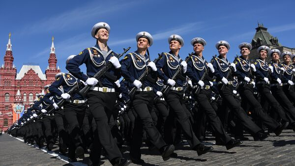 Cadetes del Instituto Naval Ushakov de la Flota del Báltico en el Desfile de la Victoria de 2018 - Sputnik Mundo