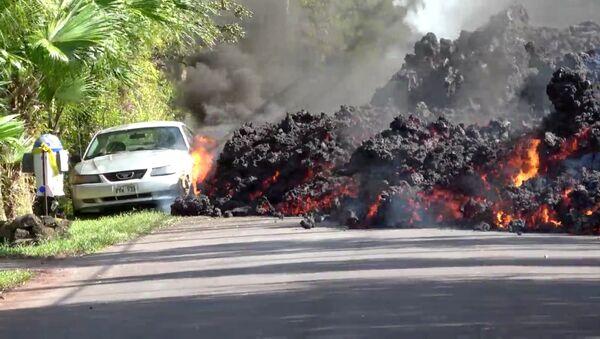 La lava del volcán hawaiano Kilauea hace arder y devora un Ford Mustang aparcado en una carretera - Sputnik Mundo