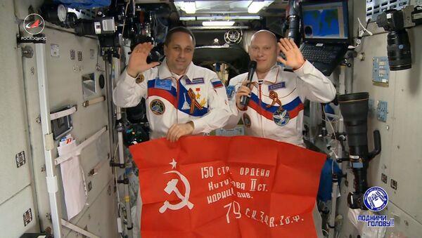 Los cosmonautas rusos felicitan a sus compatriotas con motivo del Día de la Victoria - Sputnik Mundo