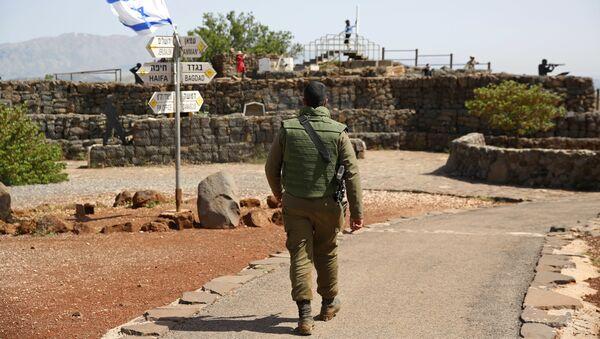 Un soldado israelí en los Alton de Golán - Sputnik Mundo