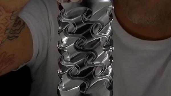 El artista estadounidense Noah Deledda utiliza latas de gaseosa para crear impresionantes esculturas - Sputnik Mundo