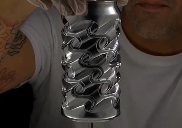 El artista estadounidense Noah Deledda utiliza latas de gaseosa para crear impresionantes esculturas
