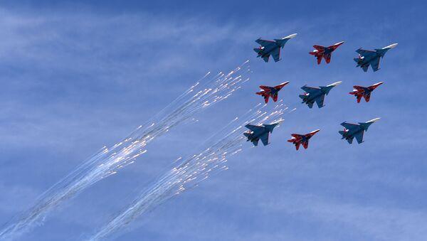 Многоцелевые истребители Су-30СМ пилотажной группы Русские Витязи и МиГ-29 пилотажной группы Стрижи на военном параде, посвященном 73-й годовщине Победы в Великой Отечественной войне - Sputnik Mundo