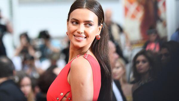 La modelo Irina Shayk en la alfombra roja del Festival de Cannes 2018 - Sputnik Mundo