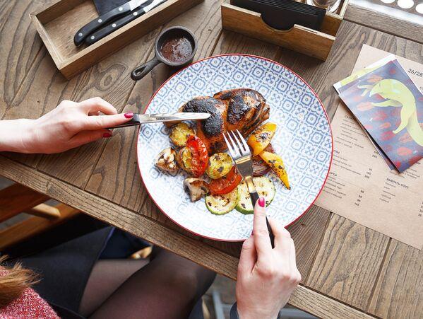 Un plato de pollo en el restaurante 26/28 Grill - Sputnik Mundo