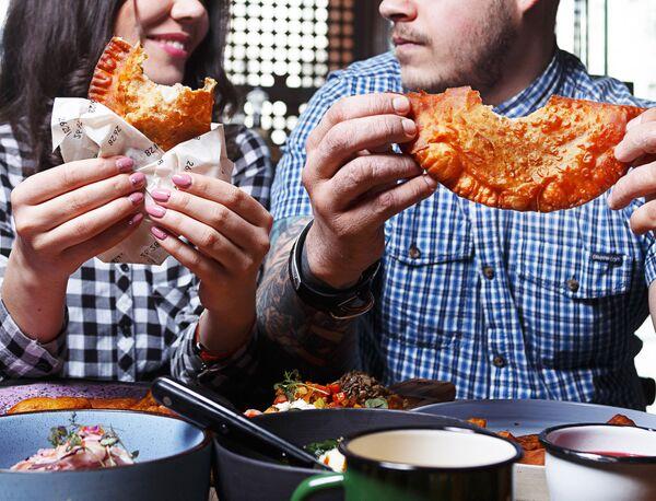 Chebureki en el restaurante 26/28 Grill - Sputnik Mundo