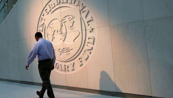 Logo del FMI en la sede de la organización en Washington - Sputnik Mundo