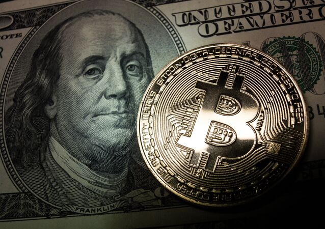 Bitcoin y un billete de dólar