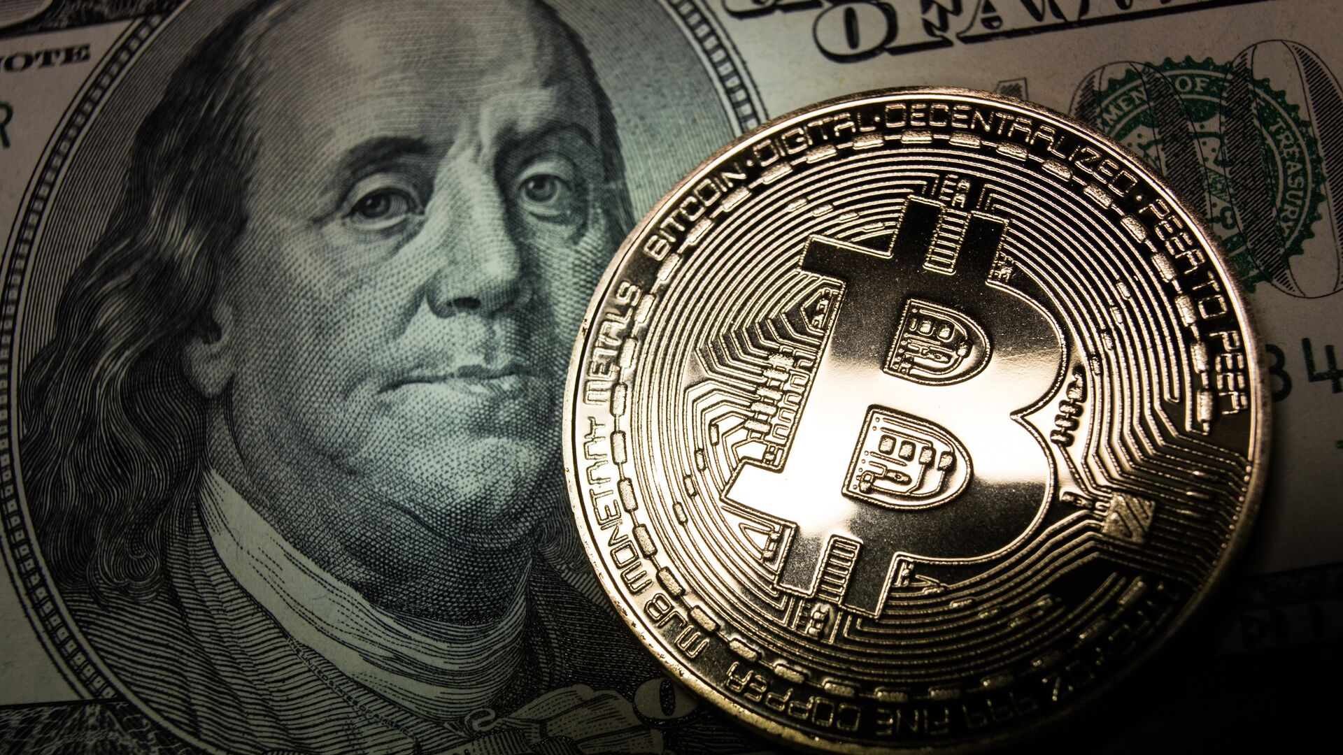 Bitcoin y un billete de dólar - Sputnik Mundo, 1920, 22.03.2021