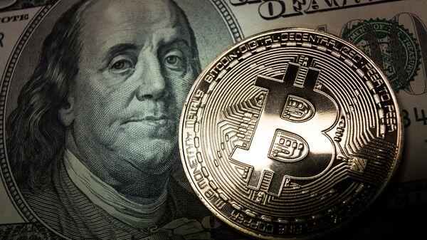 Bitcoin y un billete de dólar - Sputnik Mundo