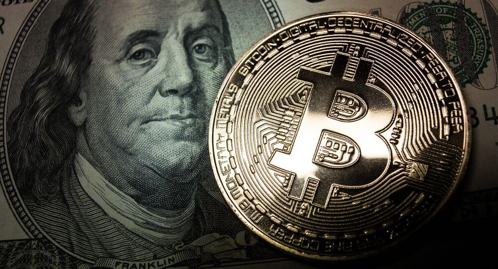 Bitcoin y un billete de dólar