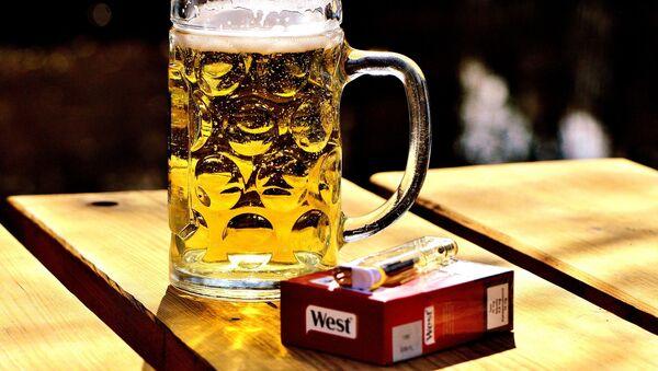 Cerveza y cigarrillo - Sputnik Mundo