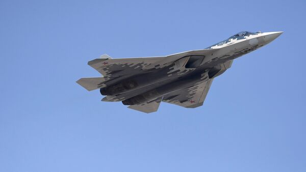 El caza polivalente ruso Su-57 en el cielo de Moscú - Sputnik Mundo