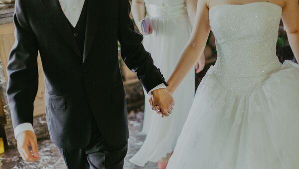 Los novios en una boda (imagen referencial) - Sputnik Mundo