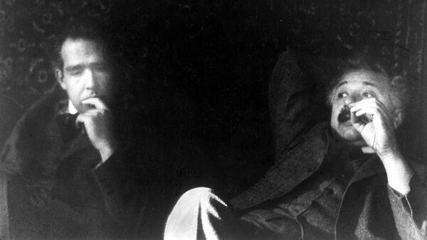 Albert Einstein y Niels Bohr en 1925 - Sputnik Mundo