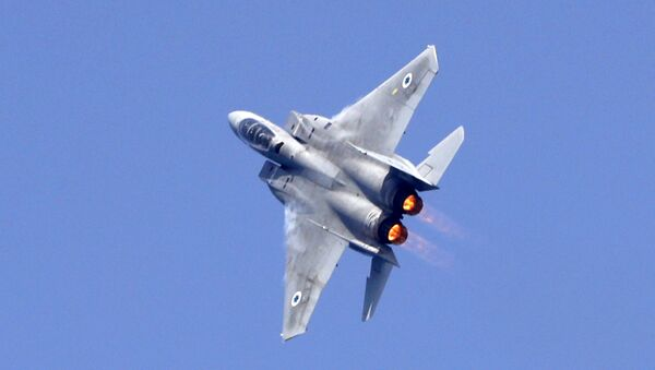 An Israeli F-15 fighter jet performs a rehearsal ahead of an air show to commemorate the 70th anniversary of the creation of Israel in May, in the coastal city of Tel Aviv on April 12, 2018 - Sputnik Mundo
